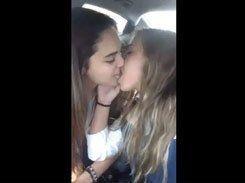 Amigas lésbicas se beijando dentro do carro