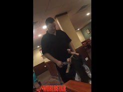 Ninfeta safada pagando boquete pro garçom no bar