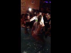 Putas molhadinhas na piscina festa da faculdade