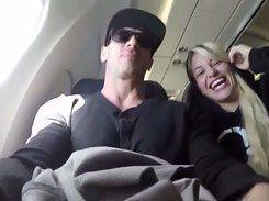 Loira safada pagando boquete dentro do avião