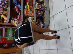 Morena safada mostrando calcinha no supermercado
