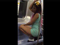Negra safada puta fazendo strip dentro do metro