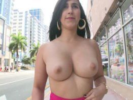 Novinha Valerie Kay tirando roupa na rua