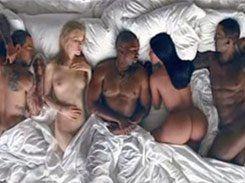 Kanye West em clipe com celebridades peladas