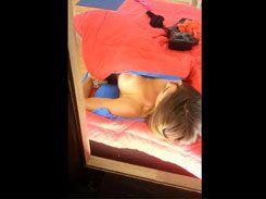Nicole Bahls trocando de roupa pagando peitinho