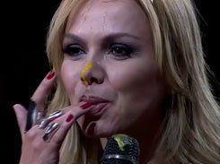 Eliana Gostosa lambuzada chupando dedinho melado