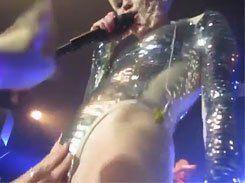 Fãs passando a mão na boceta da Miley Cyrus