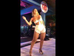 Valesca Popozuda pagando peitinho em show no RJ