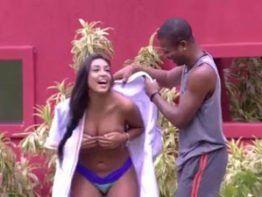 Amanda BBB17 pelada na piscina mostrando peitão