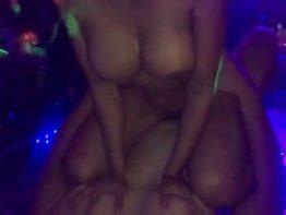 Pornô grátis Puta de boate fazendo sexo no palco