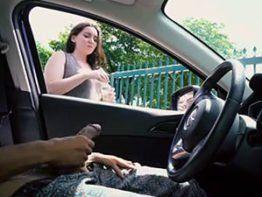 Cara pede informação batendo punheta pra mulher