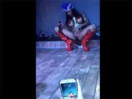 Inês Brasil se masturbando em público em festa