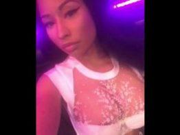 Nicki Minaj Mostrando os Peitões Siliconados